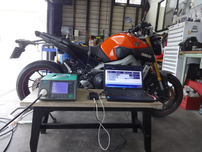 最近のバイクは何かと整備機器にお金がかかります。排気ガステスターと故障診断機です。